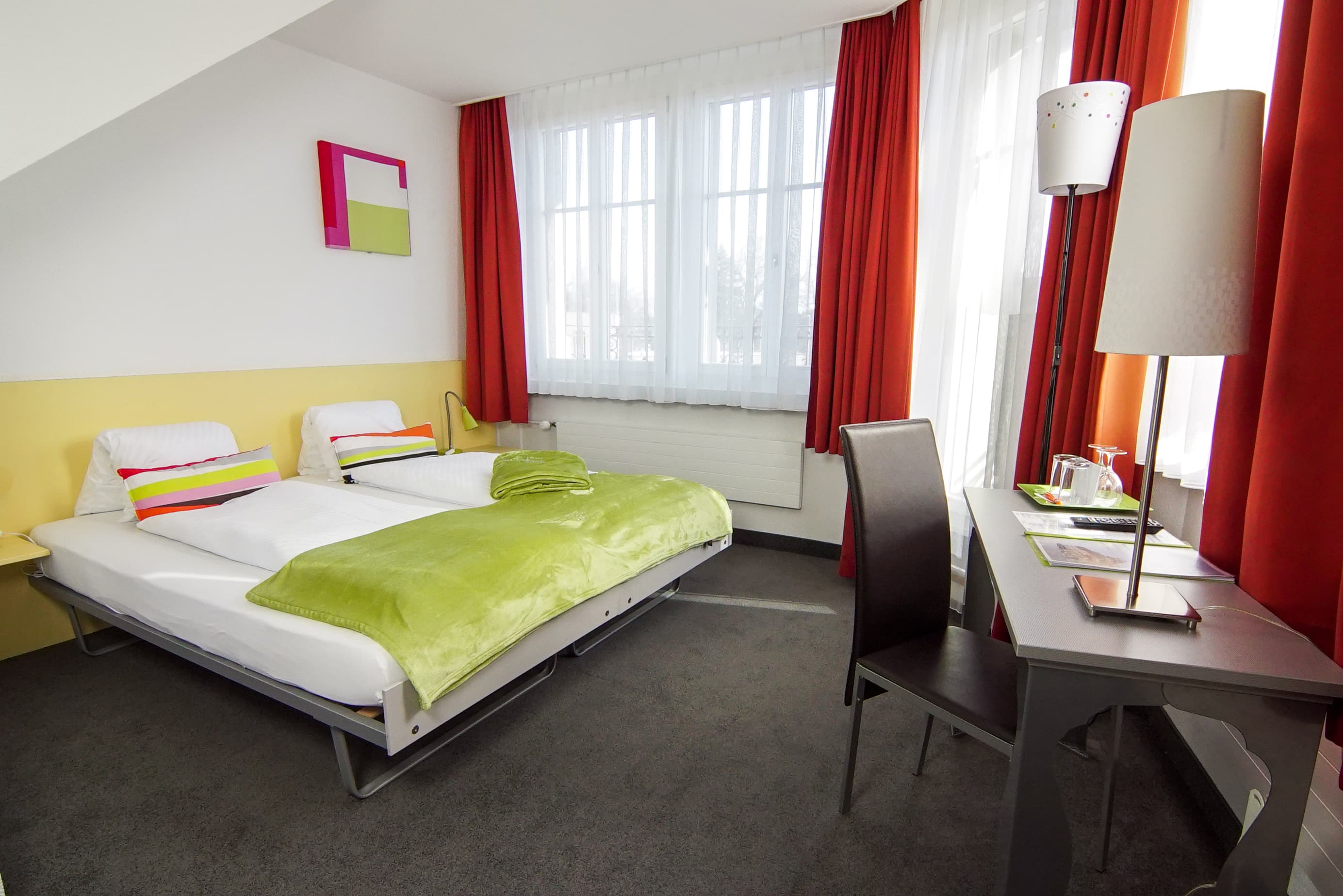 chambre double lits jumeaux basique. Black Bedroom Furniture Sets. Home Design Ideas